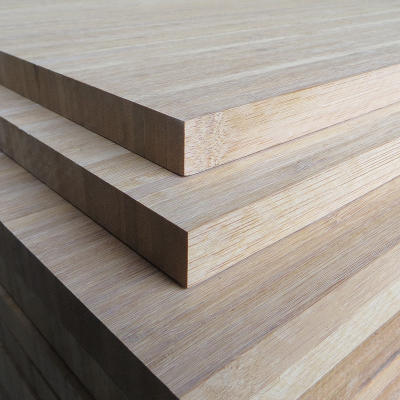 编织成的竹席。帘吊席是用竹材的内簧,以窗帘形式吊铺成竹席。 二、竹席干燥:干燥方式可以自然干燥或网带式干燥机干燥。 竹席适宜的含水率为 8—20%,过低易使板材产生脆性,树脂流动性也变差,影响胶合质量,过高致使热压时间增加,必须多次排气,工艺不易掌握,板面颜色变黑,影响产品的物理力学性能与外观质量。 三、涂胶:涂胶方法有手工涂胶和涂胶机涂胶两种。 使用的胶种有酚醛胶和脲醛胶两种。 实践证明,使用酚醛胶比脲醛胶效果好,但成本较高。 四、陈化:为了使胶液能充分浸润竹席,提高胶合质量,涂胶后应将竹席